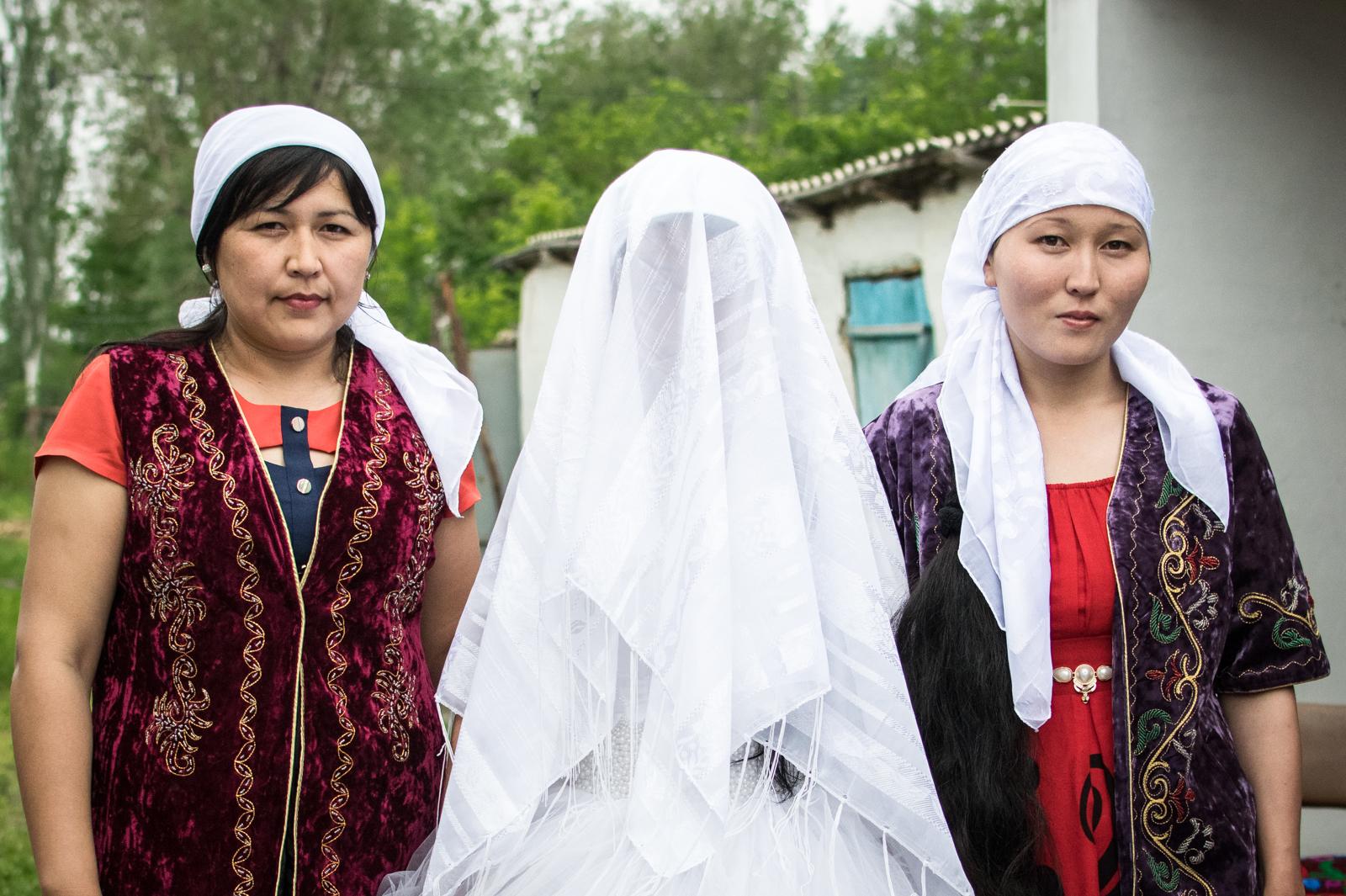 La future mariée entourée de ses belles-soeurs. Selon la tradition kazakhe, une fois mariée, l'épouse abandonne sa famille pour entrer dans celle de son mari. Elle se retrouve alors au bas d'une hiérarchie composée de la gente fémine de sa belle-famille. Au sommet de celle-ci, se place la belle-mère.